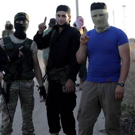 Rebeldes jihadistas da organização Hayat Tahrir al-Sham vistos nos arredores das cidades de al-Foua e Kefraya, na Síria Foto: Khalil Ashawi / REUTERS