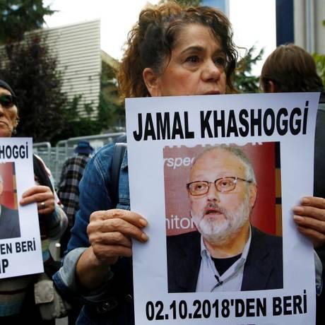 Defensores dos direitos humanos seguram cartazes perguntando o paradeiro do jornalista saudita Jamal Khashoggi em protesto em Istambul Foto: OSMAN ORSAL / REUTERS