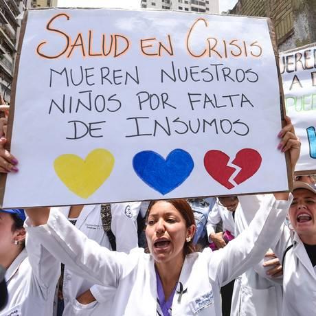 Doutores e outros trabalhadores da saúde cantam músicas de protesto em manifestação contra escassez de remédios Foto: JUAN BARRETO / AFP
