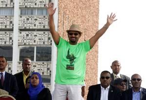 O premier Abiy Ahmed acena a apoiadores: fim de conflito e promessa de democracia Foto: STRINGER / REUTERS