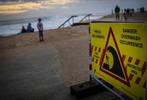 Aviso de praia interditada na Costa da Caparica, próximo a Lisboa, alerta para o risco de inundação Foto: PATRICIA DE MELO MOREIRA / AFP