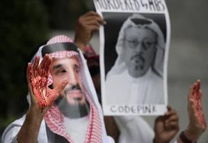 Manifestante usa máscara de Mohammed bin Salman com sangue nas mãos para protestar em Washington contra o desaparecimento de jornalista saudita Foto: JIM WATSON / AFP