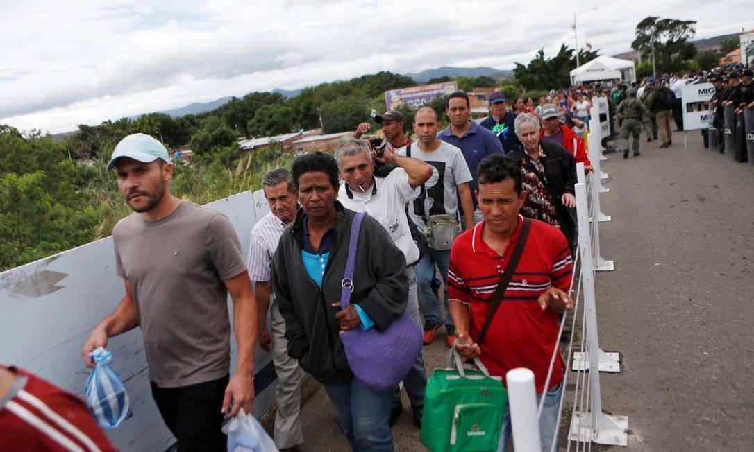 Pessoas em fila passam da Venezuela para a Colômbia na ponte internacional Simon Bolivar, em Cucuta Foto: LUISA GONZALEZ / REUTERS_08_08_2018