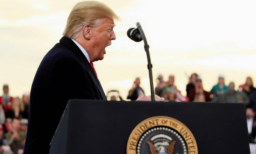 Donald Trump com apoiadores em comício no aeroporto de Missoula, em Montana, no Noroeste americano Foto: JONATHAN ERNST / REUTERS