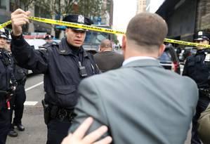 A polícia delimita um perímetro de segurança ao redor do Time Warner Center em Manhattan Foto: KEVIN COOMBS / KEVIN COOMBS