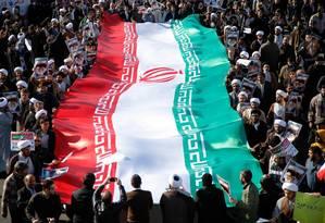 Bandeira do Irã em manifestação em janeiro de 2018: países europeus tentarão contornar sanções dos EUA Foto: MOHAMMAD ALI MARIZAD / AFP