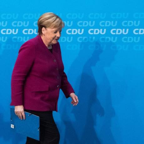 Merkel deixa uma entrevista coletiva nesta segunda-feira, um dia depois das eleições regionais em Hesse Foto: MARKUS HEINE / AFP