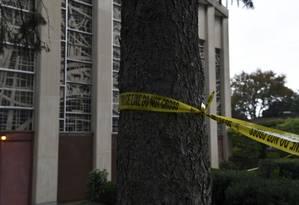 Fita policial bloqueia a sinagoga Árvore da Vida, onde um ataque deixou 11 mortos durante um culto matinal no sábado Foto: BRENDAN SMIALOWSKI / AFP