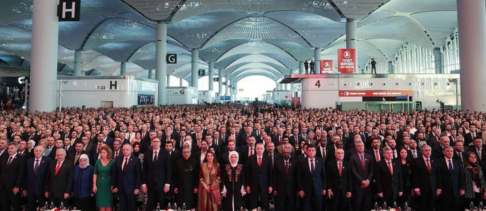 Erdogan, sua esposa e convidados na inauguração do aeroporto
