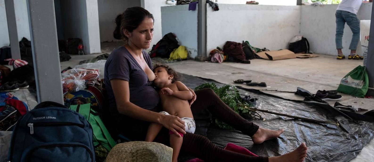 A hondurenha Sandra Aracely Gutierrez, de 22 anos, grávida e com filha pequena: viajando rumo ao sonho americano Foto: GUILLERMO ARIAS / AFP