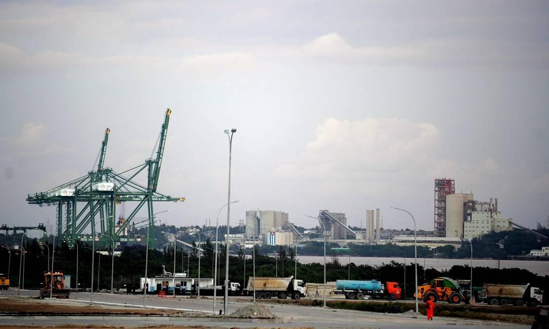 O porto de Mariel, na região Oeste de Cuba: construção de mega projeto forma parte da dívida da ilha com o Brasil Foto: YAMIL LAGE / AFP