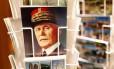 Um cartão-postal com o rosto do marechal Philippe Pétain, vendido por € 0,40 em uma loja de souvenirs na França