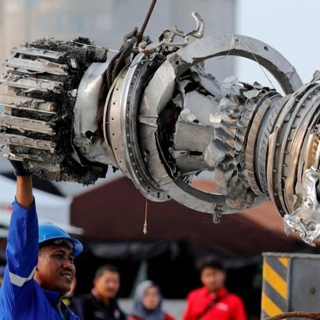 Uma turbina do boeing 737 da Lion Air que caiu no mar de Java é recuperada e chega ao porto de Jacarta Foto: Beawiharta Beawiharta / REUTERS