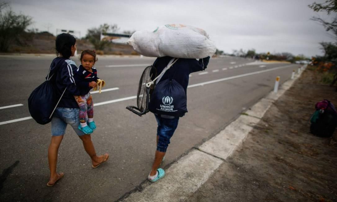 Venezuelanos caminham no Peru, perto da fronteira com o Equador Foto: JUAN VITA / AFP