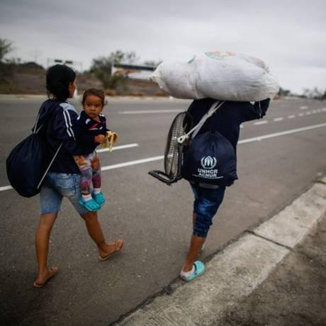 Venezuelanos caminham na cidade peruana de Tumbes, perto da fronteira com o Equador Foto: JUAN VITA / AFP