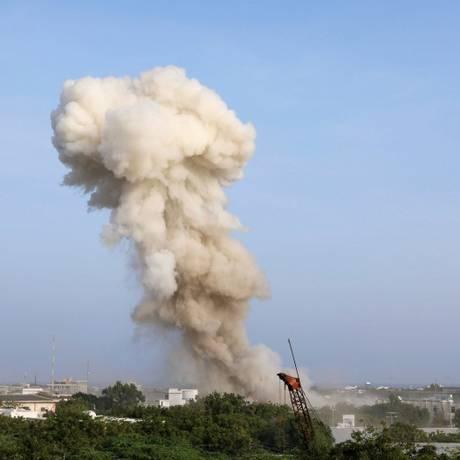 Fumaça vinda do local onde aconteceu o ataque Foto: FEISAL OMAR / REUTERS