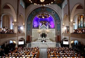A chanceler alemã Angela Merkel fala durante uma cerimônia na sinagoga Rykestrasse em Berlim nesta sexta-feira Foto: AXEL SCHMIDT / REUTERS
