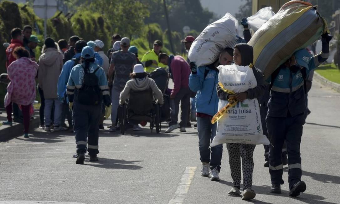 Imigrantes venezuelanos em terminal rodoviário de Bogotá, na Colômbia Foto: RAUL ARBOLEDA / AFP