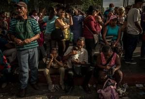 Pessoas esperam para comprar mantimentos em supermercado em Caracas Foto: MERIDITH KOHUT / Agência O Globo