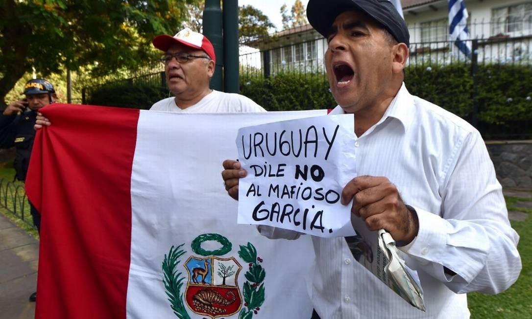 Vizinhos da Embaixada do Uruguai em Lima protestam contra pedido de asilo feito pelo ex-presidente peruano Alan García Foto: CRIS BOURONCLE / AFP