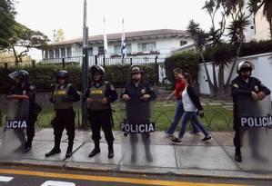 Policiais posicionados do lado de fora da residência do embaixador uruguaio em Lima: acusado de receber propina da empreiteira brasileira Odebrecht, ex-líder peruano busca asilo do Uruguai Foto: MARIANA BAZO / REUTERS