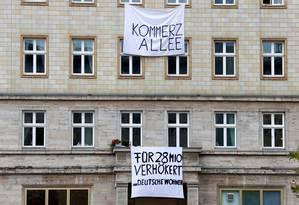 Manifestantes deixam cartazes em imóveis na Karl Marx Alle: moradores a chamam de 'avenida capitalista' Foto: JOACHIM HERRMANN / REUTERS