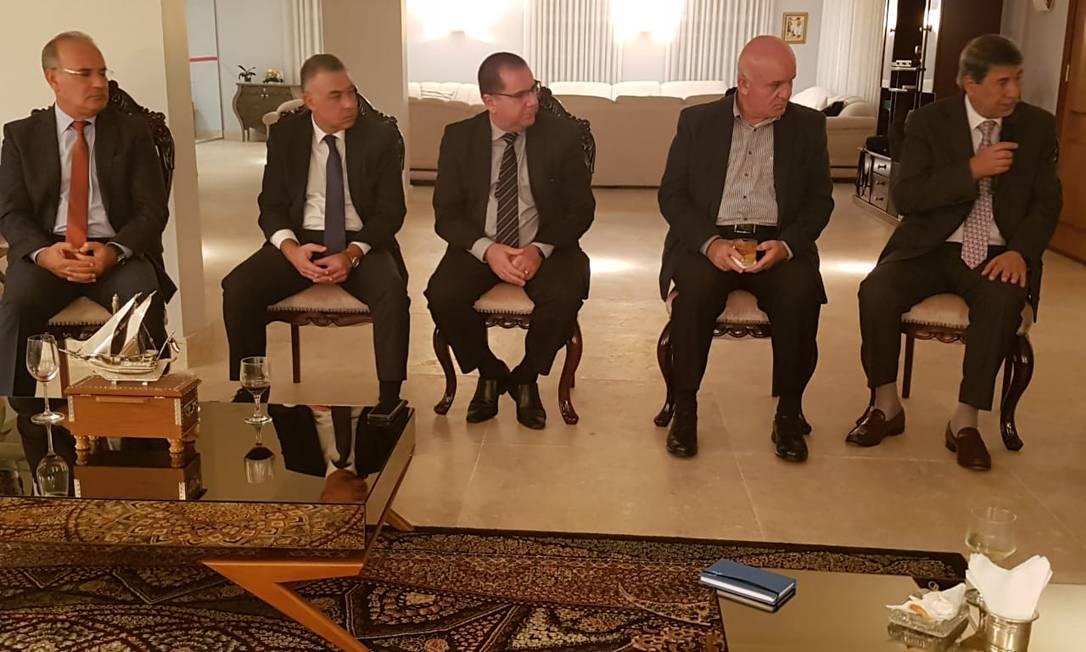 Os embaixadores de Marrocos (E), Egito, Jordânia e Palestina em reunião em Brasília; no meio, o tradutor Foto: Eliane Oliveira / O Globo/ 21-11-2018