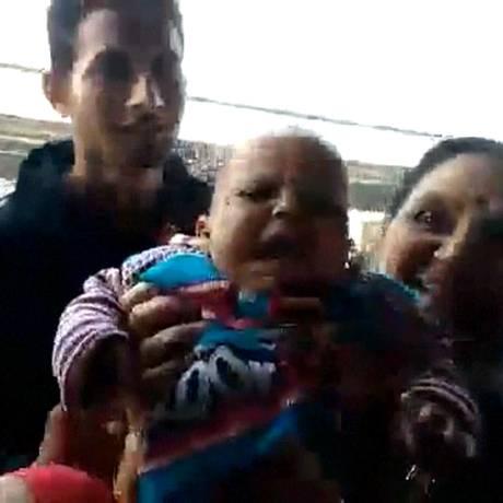 Bebê teria escorregado dos braços da mãe Foto: Reprodução