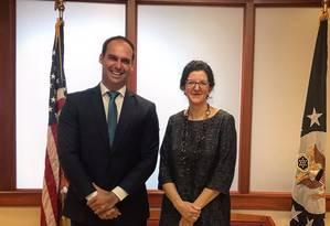 O deputado federal Eduardo Bolsonaro com a secretária-adjunta para Assuntos do Hemisfério Ocidental do Departamento de Estado dos EUA, Kim Breiel Foto: Reprodução do Twitter