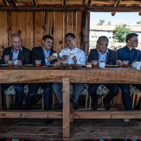 O presidente do Bright Food Group, um dos maiores conglomerados alimentícios chineses, Liu Ping, experimenta iogurte búlgaro ao lado de autoridades do país europeu Foto: BRYAN DENTON / NYT