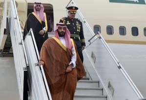 O príncipe saudita Mohammed bin Salman desembarca no aeroporto de Buenos Aires, onde participará da cúpula do G-20 Foto: REUTERS