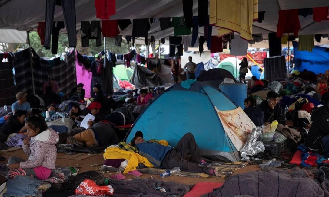 Membros da caravana esperam por oportunidade de entrar nos EUA Foto: ALKIS KONSTANTINIDIS / REUTERS