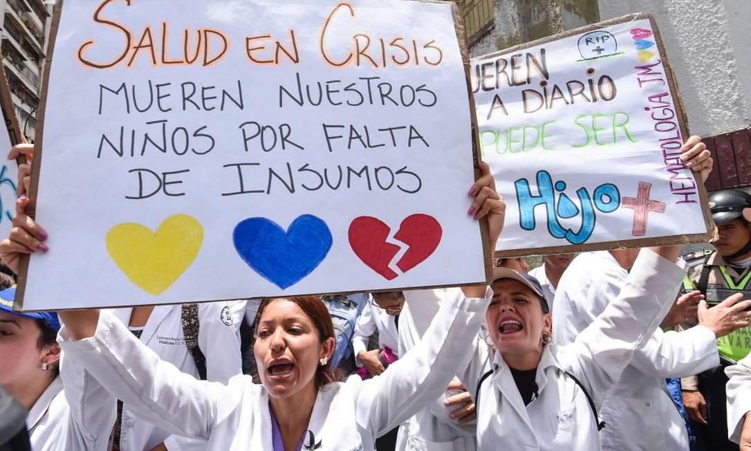 Médicos e profissionais de saúde protestam contra a falta de remédios na Venezuela em Caracas, no dia 17 de maio Foto: JUAN BARRETO / AFP