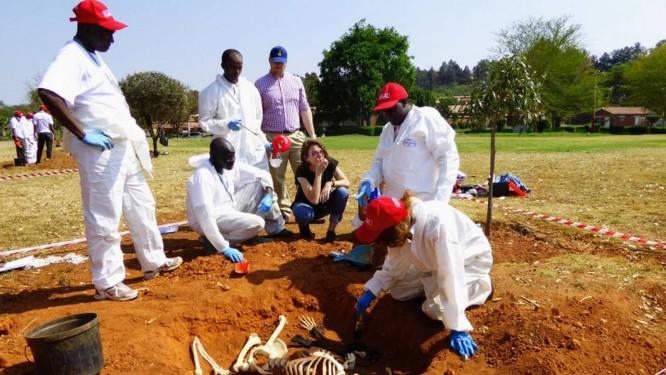 Antropólogos forenses argentinos examinam cova coletiva: especialistas do continente foram a Buenos Aires para curso Foto: Divulgação