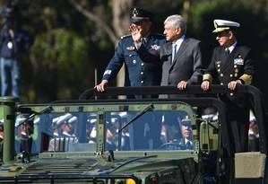O presidente López Obrador (C) entre o secretário de Defesa, Luis Cresencio Sandoval, e o almirante da Marinha, Jose Rafael Ojeda Duran, em parada militar neste domingo Foto: RODRIGO ARANGUA/AFP