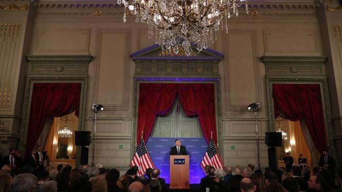 O secretário de Estado americano Mike Pompeo discursa em Bruxelas nesta terça-feira Foto: FRANCISCO SECO / AFP