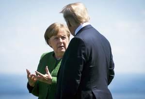A chanceler Angela Merkel da Alemanha conversa com o presidente Americano em um encontro do G-7 no Canadá no dia 29 de outubro Foto: DOUG MILLS / NYT