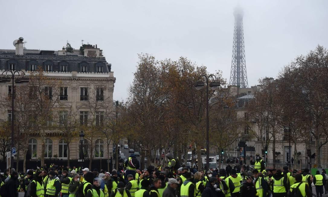 Coletes amarelos em protesto nos arredores da Torre Eiffel, no último fim de semana, na capital francesa Foto: LUCAS BARIOULET/AFP/1-12-18
