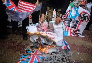 Palestinos queimam bandeiras em protesto pela votação contra o Hamas na Assembleia Geral da ONU Foto: SAID KHATIB / AFP