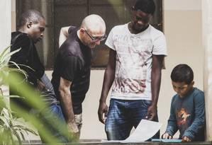 Padre Paolo Parise conversa com imigrantes na Missão Paz, ligada a missionários católicos Foto: Agência O Globo