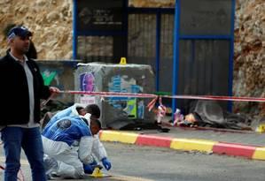 Polícia forense de Israel trabalha em local de ataque perto de Ramallah, na Cisjordânia, ocupada por Israel Foto: AMMAR AWAD / REUTERS
