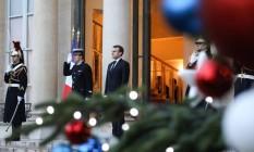 O presidente francês Emmanuel Macron após o presidente de Burkina Faso deixar o Palácio do Eliseu nesta segunda-feira Foto: LUDOVIC MARIN / AFP
