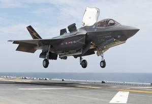Um caça do modelo F-35B, que tem capacidade para decolar em pistas curtas e pousar verticalmente, aterrisa em um porta-aviões Foto: Andy Wolfe / Divulgação U.S. Navy