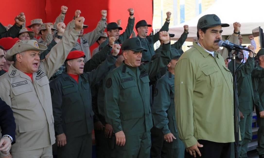 O presidente Nicolás Maduro comparece a uma parada da Milícia Nacional Bolivariana em Caracas: tropas de auxílio das Forças Armadas já teriam chegado a 1,6 milhão de integrantes, segundo o chefe de Estado Foto: REUTERS