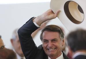 O presidente eleito, Jair Bolsonaro, chega no Clube do Exército para almoçar com amigos e artistas sertanejos Foto: Jorge William / Agência O Globo 11-12-18