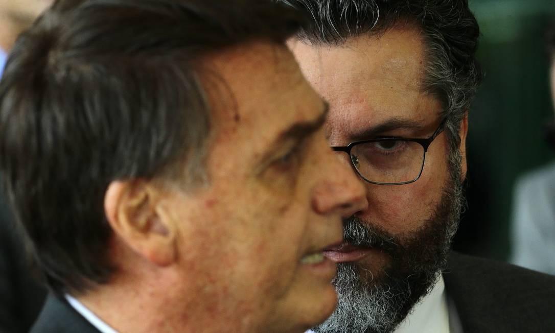 O presidente eleito Jair Bolsonaro com Ernesto Araújo, protegido do seu filho Eduardo Foto: JORGE WILLIAM/14-11-2018