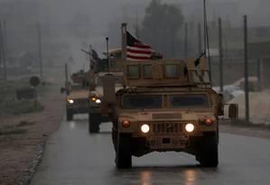 Blindados do Exército dos EUA na cidade de Manbij, ao Norte da Síria Foto: DELIL SOULEIMAN/AFP