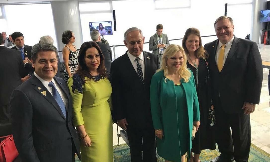 O presidente de Honduras, o primeiro-ministro de Israel e o secretário de Estado dos EUA, ao lado de suas respectivas mulheres, na posse de Jair Bolsonaro Foto: Reprodução Twitter