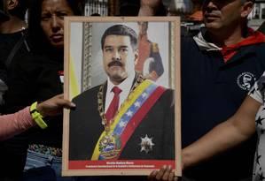 Retrato de Nicolás Maduro exibido por apoiadores do venezuelano na Assembleia Nacional, em Caracas Foto: YURI CORTEZ/AFP