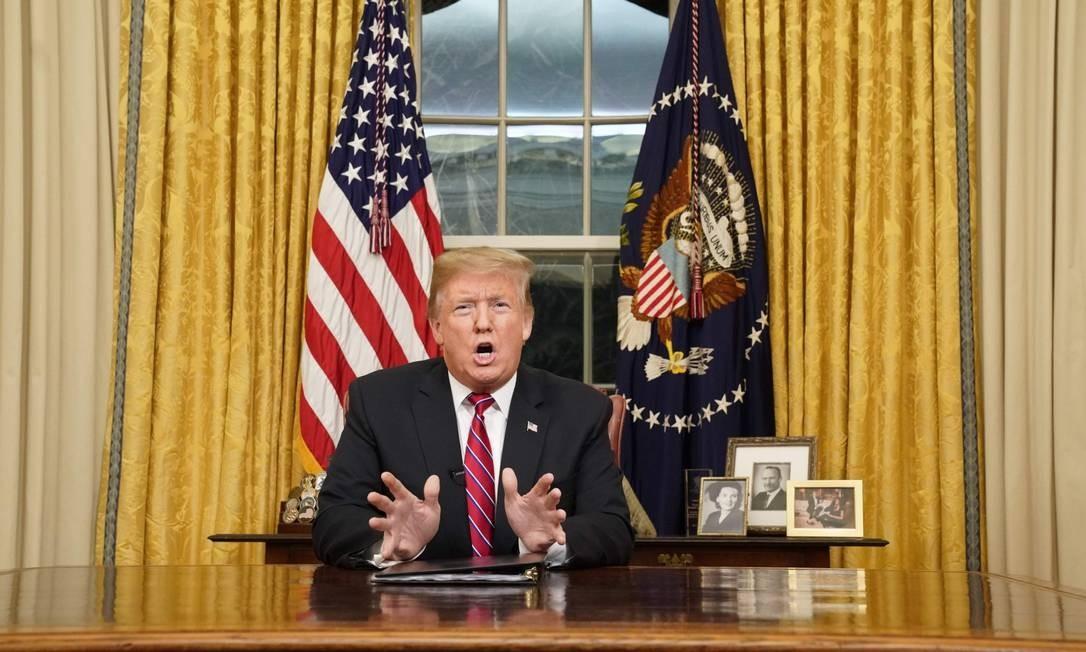 O presidente Donald Trump em pronunciamento na TV: defesa do muro na fronteira com o México Foto: CARLOS BARRIA / AFP